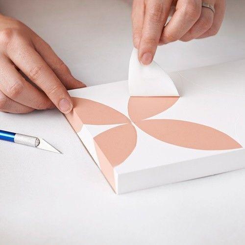 Pintar muebles con plantillas para personalizar mesillas y cómodas 7