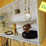 Reciclar cajas de madera de vino para organizar collares y pendientes
