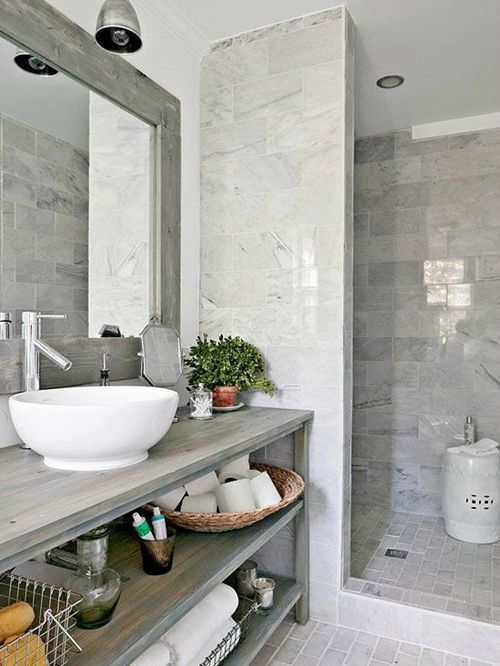 cuartos de baño vintage en tonos grises con madera y mármol