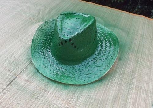 DIY con pintura en spray cómo personalizar sombreros de paja 3