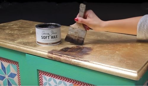 Decora tus muebles antiguos con plantillas para pintar paredes 3