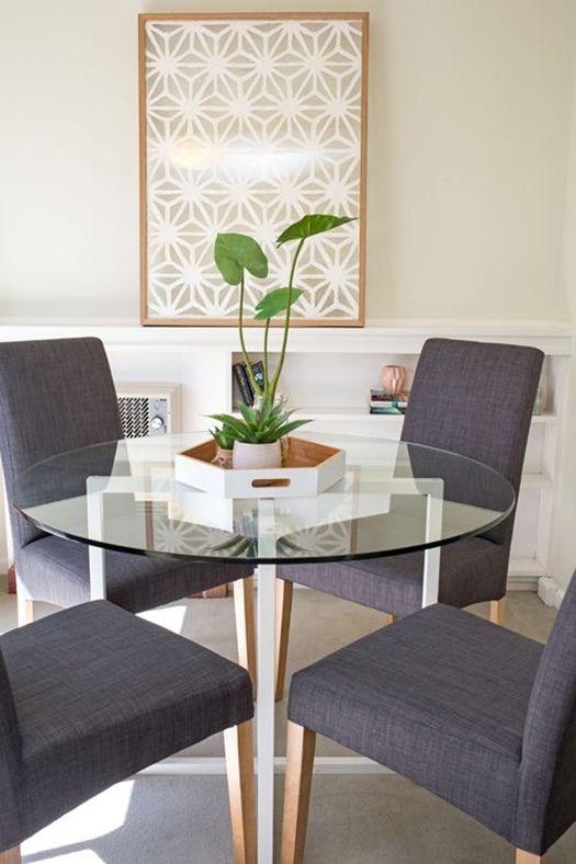 tambin vemos en revistas de decoracin y tiendas de muebles de referencia sillas tapizadas de lneas muy rectas con madera visible nicamente en las