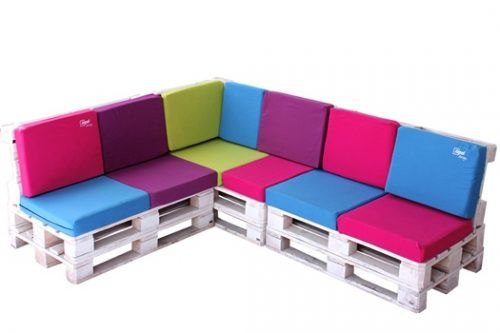 Muebles con palets originales como éste con colchonetas de colores de Itepal Design.