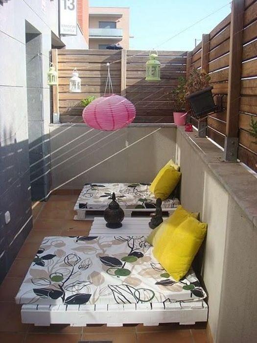 Chill out en la terraza con unos muebles con palets originales y curiosos.