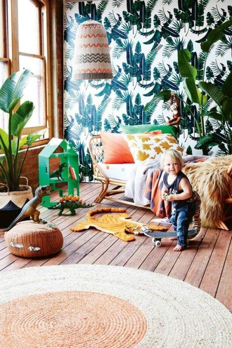 Papel pintado tropical, una de las mejores ideas para decorar habitaciones infantiles originales con un toque muy personal.