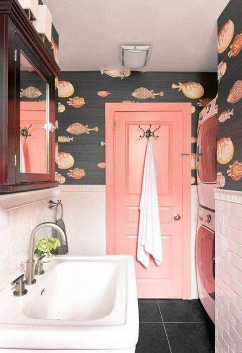 Paredes de acento con papel pintado en el cuarto de baño: ambientes acuáticos muy especiales.