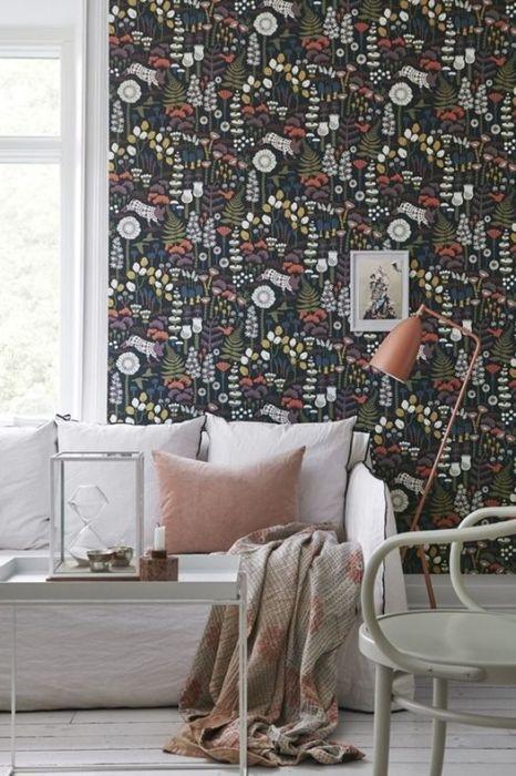 Las paredes de acento con papel pintado dan personalidad a los espacios.