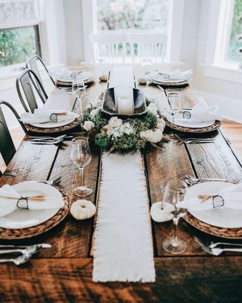 Las mesas de comedor rústica quedan ideales mezcladas con vajillas de estilo.