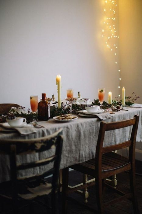 Sencillas mesas de comedor adornadas para Navidad con elementos que todos tenemos en casa.