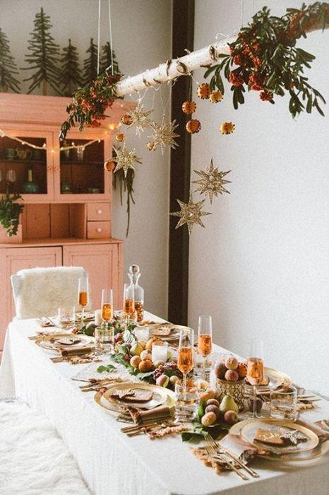 Mesas de comedor vestidas de hilo blanco para celebrar la Navidad.