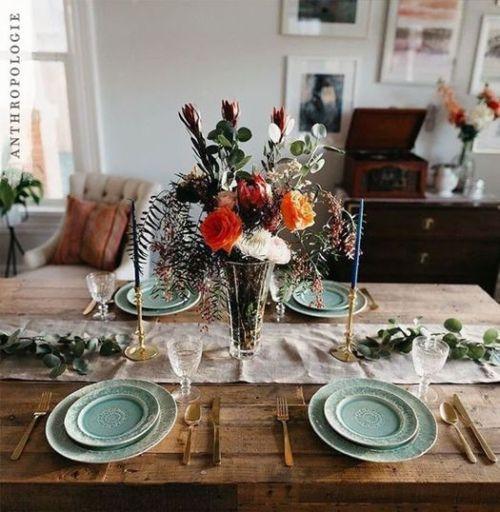 Las mesas de comedor de madera rústica pueden dejarse a la vista en las cenas de Navidad.