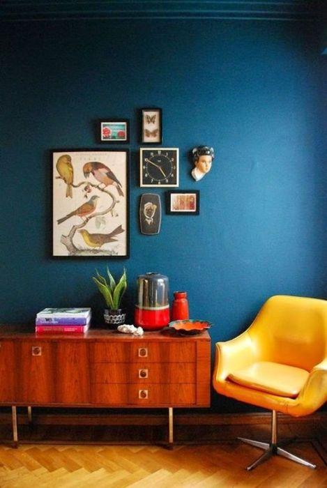 Ideas decoración salón con un rincón colorido de estilo retro.