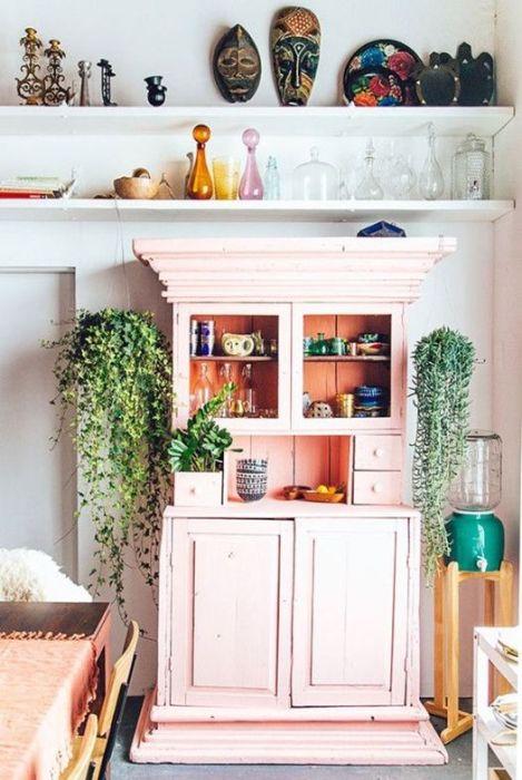 Ideas decoración salón: una alacena pintada en un rincón del comedor.