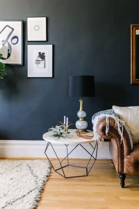 Ideas decoración salón con una pieza trendy: mesa auxiliar de mármol con estructura geométrica.