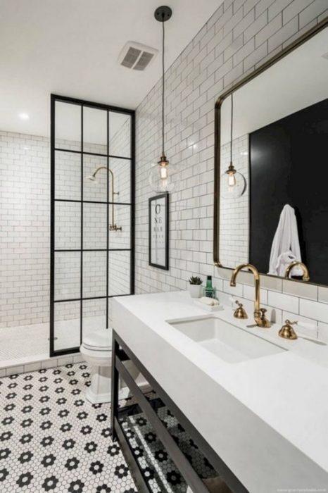 Cuarto de baño de estilo industrial en contraste de blanco y negro.