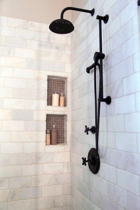 Reforma de un cuarto de baño de estilo industrial con grifería en negro.