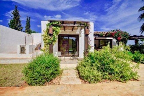 Porche de una casa con encanto en Ibiza: villa en plena naturaleza.