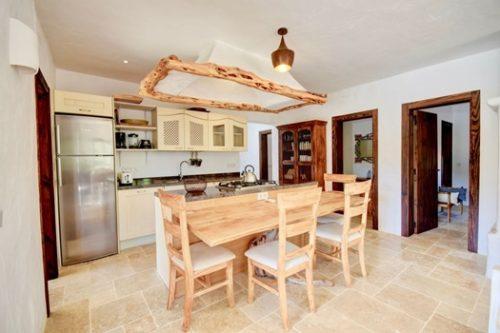 Cocina con elementos rústicos en casa con encanto en Ibiza.