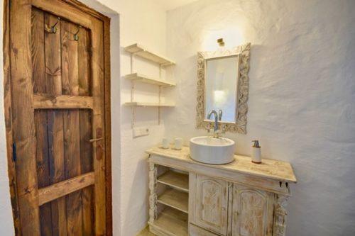 Glamour y estilo rústico en casa con encanto en Ibiza.
