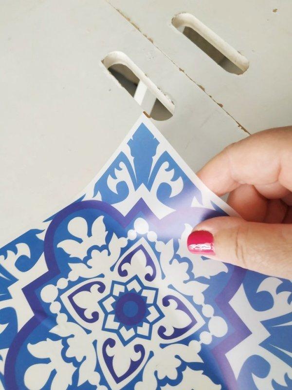 Con azulejos adhesivos de estilo portugués cambias el aspecto de una mesa fácil y rápido.