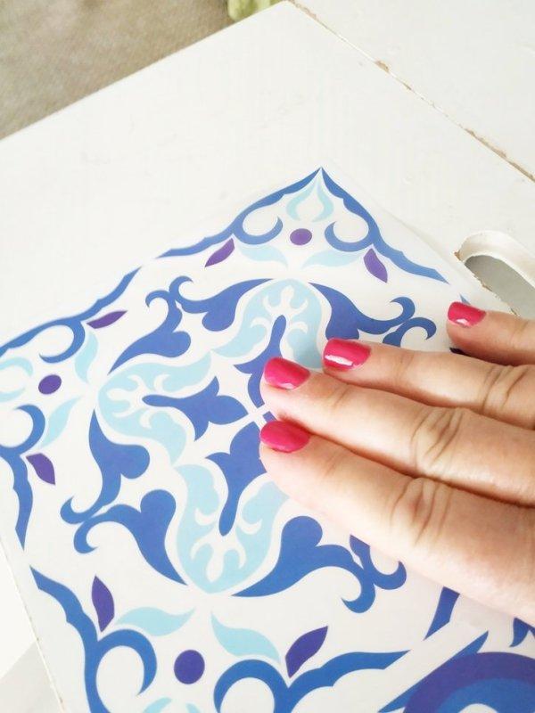 Extender bien el azulejo adhesivo para que no forme burbujas sobre la superficie.