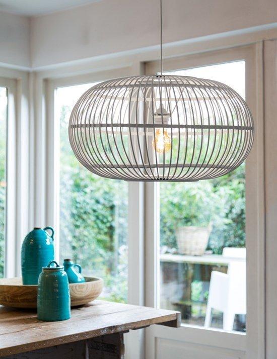 Atrévete a iluminar tu salón con una lámpara jaula.