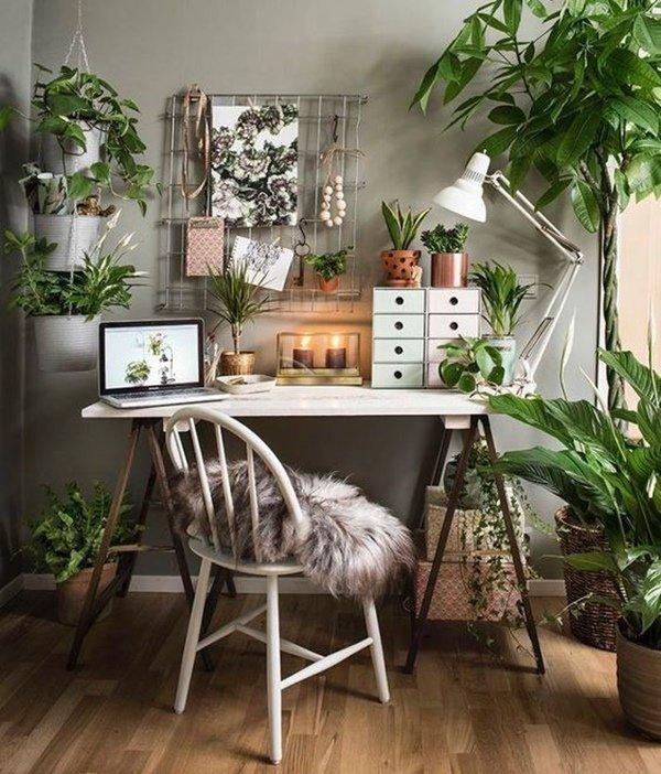 Rodéate de aquello que te gusta al decorar una oficina en casa.