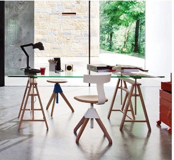 Vidrio y caballetes de madera: tendencia para decorar una oficina en casa. Muebles Montiel.