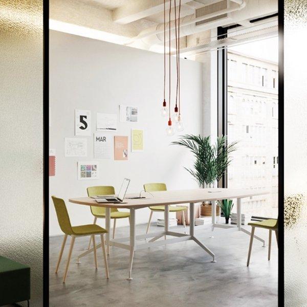 Mesa de reuniones de muebles Montiel: ideal para decorar una gran oficina en casa.