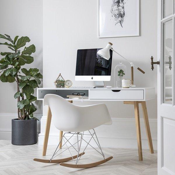 Blanco impoluto en esta mesa para decorar una oficina en casa.