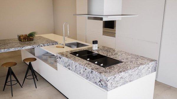 Moderna encimera de granito en isla de cocina.