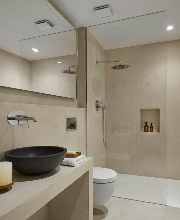 Un baño moderno con elementos rústicos como el lavabo.
