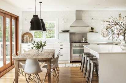 Cocina blanca con mesa de madera