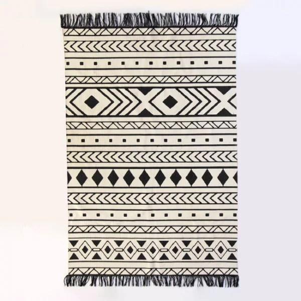 tapis motif losange blanc et noir a franges 120 x 180 cm