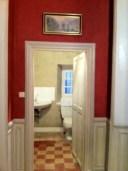 Couloir rouge, wc kaki