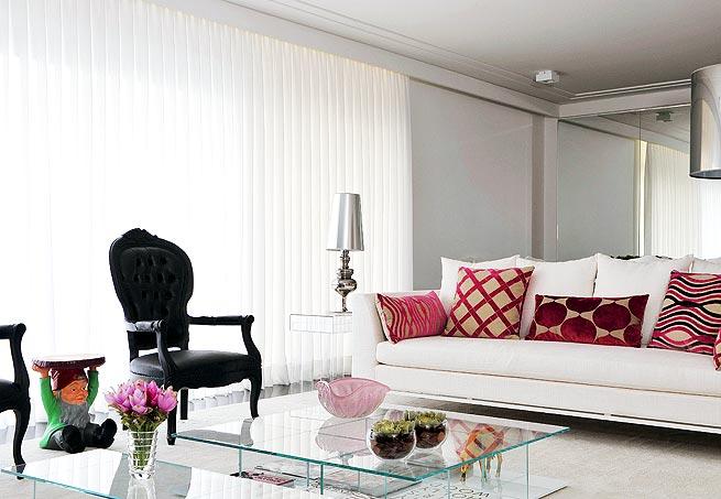 mobiliario branco e vermelho