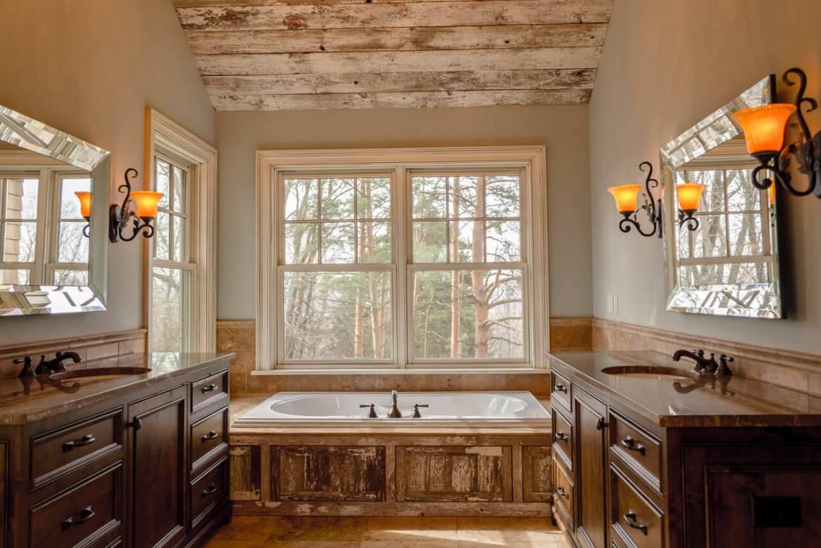 banheiro com madeiras de demolição