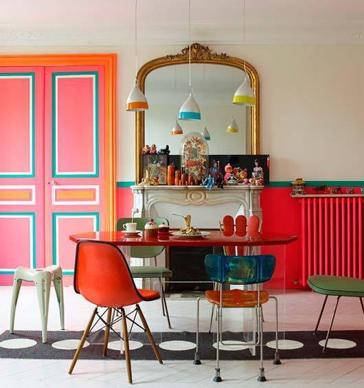 Una casa alegre y multicolor