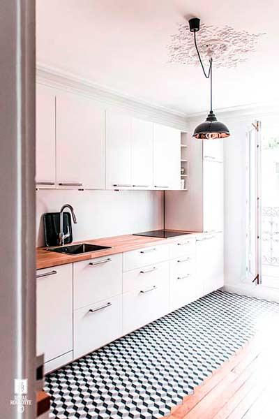 Decorar la cocina con blanco y madera