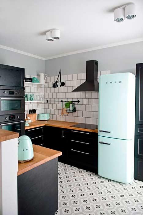 Apartamento retro en negro y verde mint