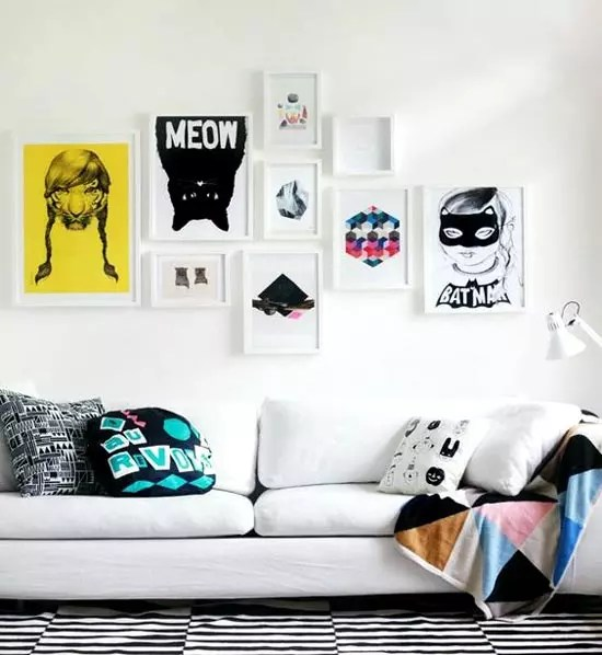 Láminas sobre una pared blanca