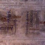 Hall d'immeuble style industriel avec IPN style Eiffel sur des murs metal rivetés et boulonnés