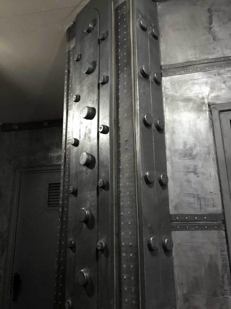 hall d'immeuble style industriel IPN de décoration style Eiffel incrustation réalisé ainsi sur des murs métal industriels