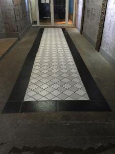 ensuite bande de contour toujours en trompe l'oeil sur sols hall immeuble