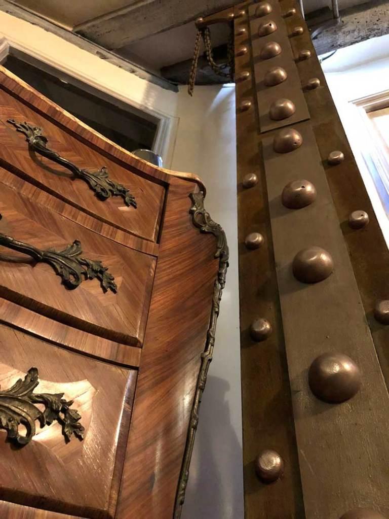 décorateur d'intérieur murs industriel chics et IPN rouillé avec boulons cuivre