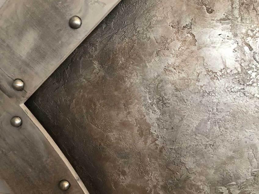 mur en métal oxydé et frappé décoration de style industriel en trompe l'oeil pour une salle de sport style industriel