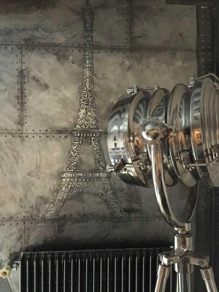 mur décoration métal + pochoir tour eiffel pour une salle de sport style industriel