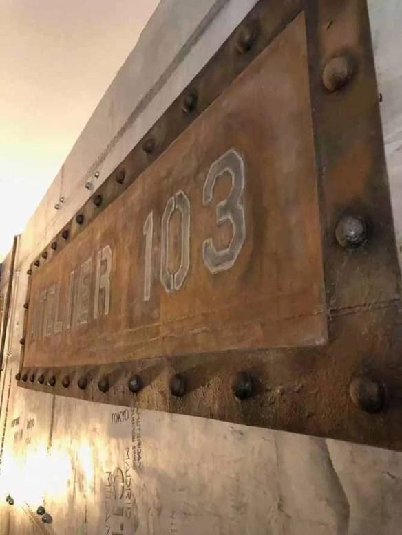 boutique style industriel avec enseigne publicitaire sur murs style industriel