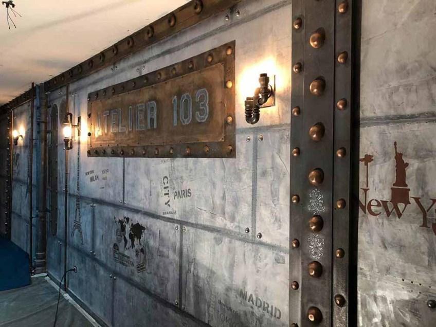 décoration restaurant style industriel avec murs métal et IPN style Eiffel