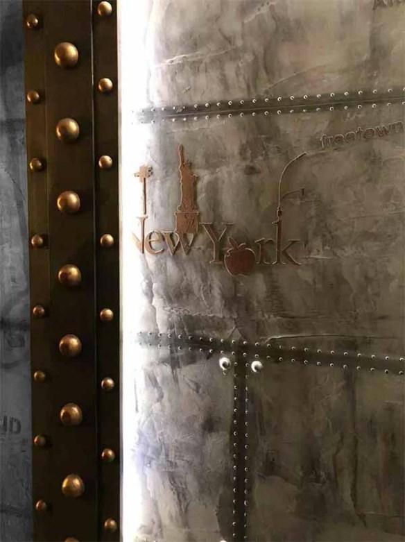 Décoration d'un hall d'immeuble ancien avec murs métal et IPN style Eiffel
